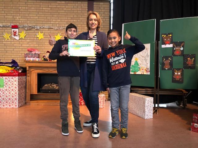 Basisschool Brandaris doneert 1000 euro Kinderuniversiteit